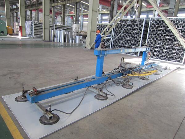 Dispositivo de sujeción de placas no destructivo (protege de forma efectiva la materia prima de daños durante la instalación)
